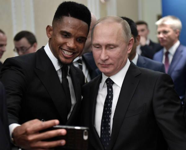 Le footballeur camerounais Samuel Eto'o et le président russe Vladimir Poutine faisant un selfie, le 1er décembre 2017.