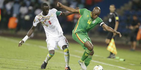 Le Sénégalais Cheikhou Kouyaté (g.) à la lutte avec le Zimbabwéen Willard Katsande, lors d'un match de CAN, le 19 janvier 2017 à Franceville, au Gabon.