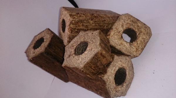Des briquettes e,n bois fabriquées à partir des déchets agro-forestiers.