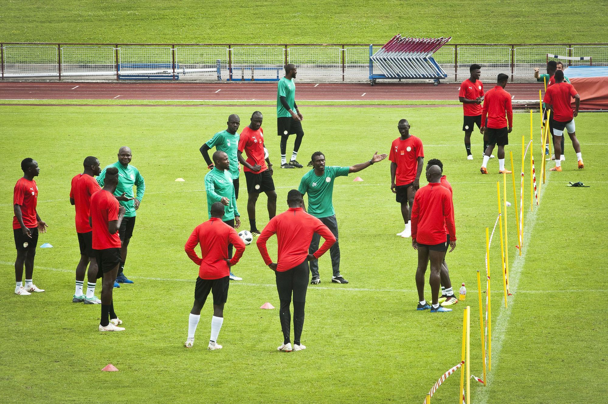 Dirigeant une séance d'entraînement (au centre, bras levé), le 6juin, à Vittel, en France.