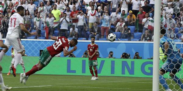 Le Marocain Aziz Bouhaddouz marque contre son camp lors du match face à l'Iran, à Saint-Pétersbourg, le 15 juin 2018.