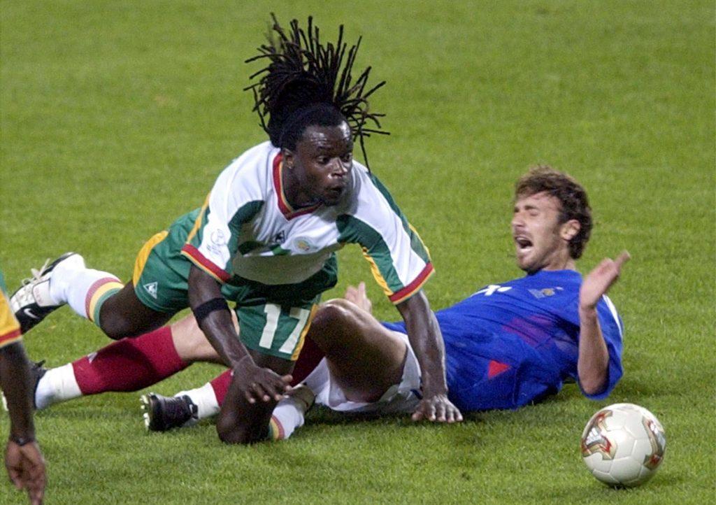 Le Sénégalais Ferdinand Coly, à gauche, avec le Français Christophe Dugarry, lors du match du 31 mai 2002.