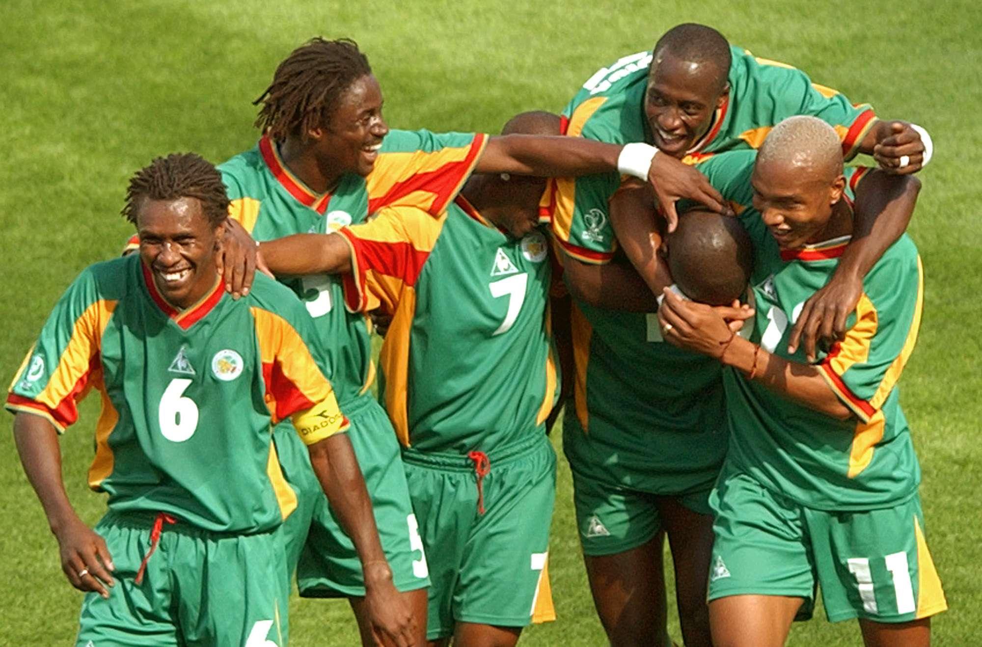 Les joueurs sénégalais (de gauche à droite) Aliou Cissé, Alassane Ndour, Henri Camara, Khalilou Fadiga, Papa Bouba Diop et El Hadji Diouf, au Mondial 2002 contre l'Uruguay.