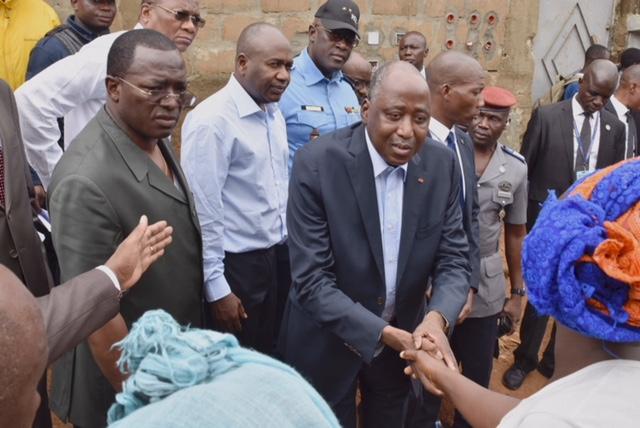 Le Premier ministre ivoirien, Amadou Gon Coulibaly, lors d'une visite dans l'un des quartiers d'Abidjan touchés par les inondations, le 19 juin 2018.