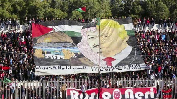La banderole qui a provoqué la fureur de l'Arabie saoudite au stade Demane-Debbih, à Aïn M'lila, en Algérie, en décembre 2017