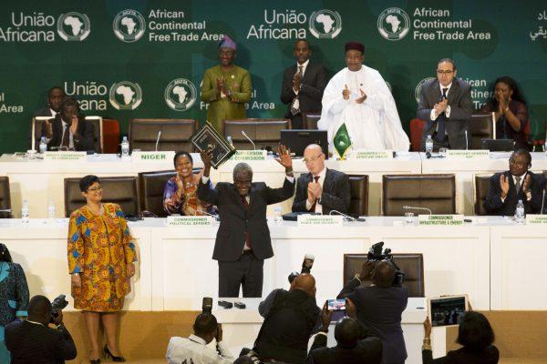 Moussa Faki Mahamat saluant les chefs d'État et de gouvernement après la signature de l'accord établissant la Zone de libre-échange continentale africaine, le 21mars 2018, à Kigali