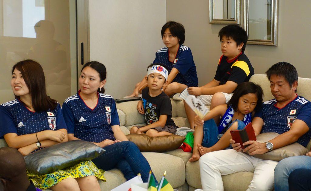 Des membres de la diaspora japonaise devant le match contre le Sénégal, à l'ambassade de Dakar.