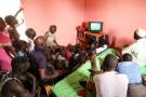Pour suivre le match Sénégal-Japon, les habitants du village de Sine Kane, au Sénégal, se sont retrouvés devant l'un des trois seuls téléviseurs du village.