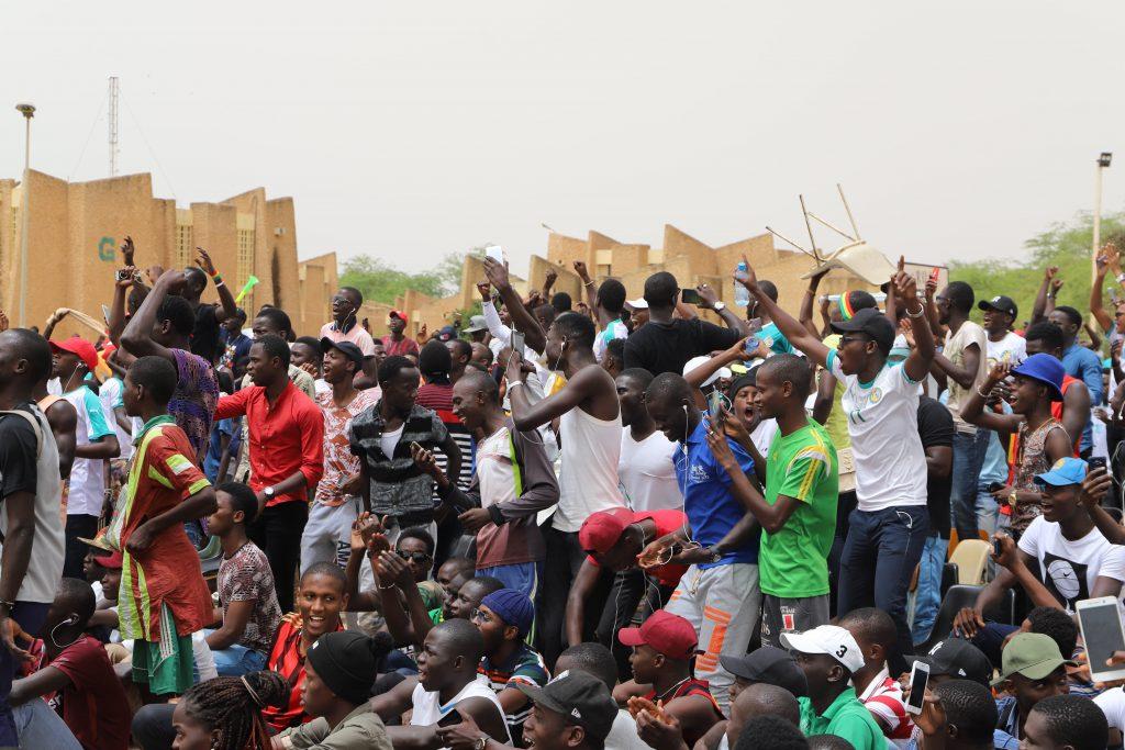 Les étudiants de l'Université de Saint-Louis, déchaînés au moment de la faute sur Sadio Mané, durant le match Sénégal-Colombie au Mondial 2018.