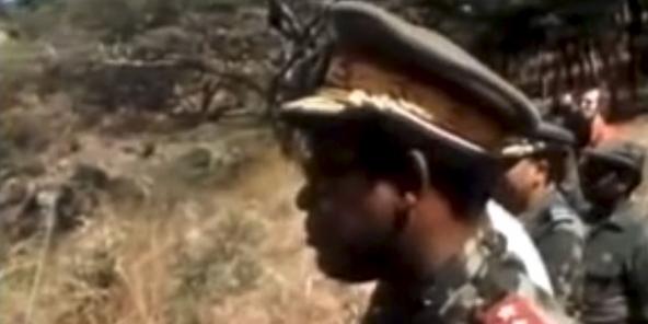 Le maréchal Mobutu contemple impavide l'échec de sa fusée, en 1978.