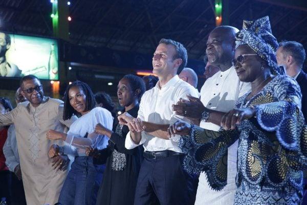Youssou N'dour, Asa, Emmanuel Macron, le gouverneur de Lagos Akinwunmi Ambode et Angelique Kidjo, lors de la visite du président français au Nigeria pour le lancement de la Saison des cultures africaines.
