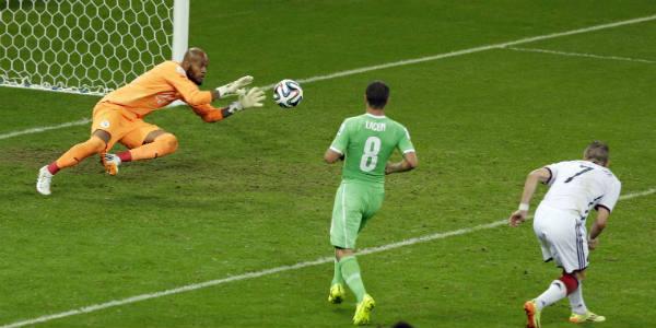 Le gardien algérien Raïs Mbolhi face à l'Allemagne, le 30 juin 2014, en 8e de finale du Mondial au Brésil.