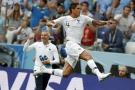 Le défenseur français Raphaël Varane fête son but face à l'Uruguay, le 6 juillet 2018.