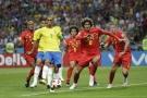 Le Brésilien Miranda et le Belge Fellaini se disputent le ballon, le 6 juillet 2018.