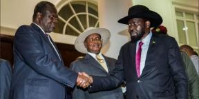 Le président du Soudan du Sud, Salva Kiir (à droite), serre la main de Riek Machar, un chef rebelle qui redevient son vice-président, sous les yeux du président ougandais Yoweri Museveni, le 7 juillet 2018 à Entebbe.