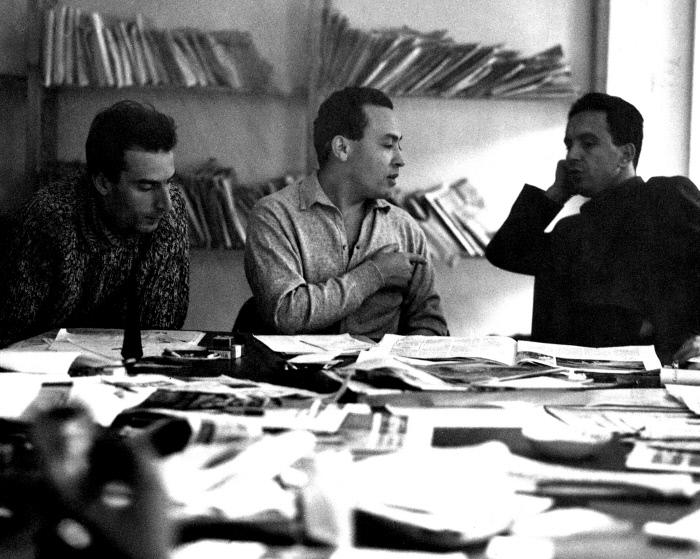 Béchir Ben Yahmed entre Guy Sitbon, à gauche, et Mohamed Ben Smaïl, à droite, dans la salle de rédaction d'