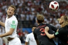 L'attaquant anglais Harry Kane dispute un ballon aérien au défenseur croate Strinic, le 11 juillet 2018.
