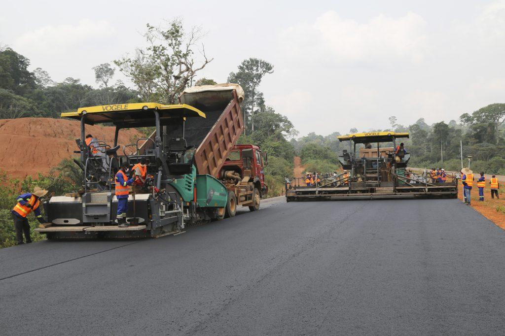 Pose de la couche définitive du bitume, à Yaoundé.