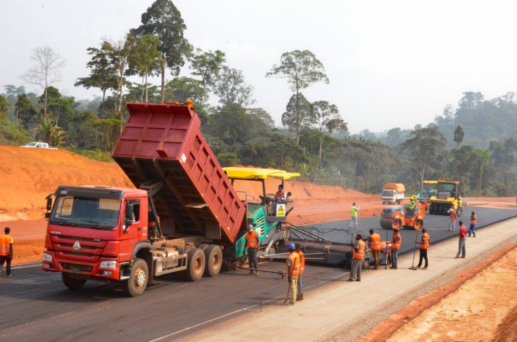 Repandage de la couche de fondation, à Yaoundé.