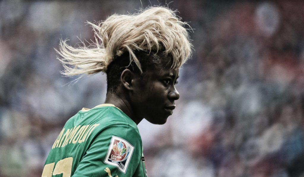 Gaelle Enganamouit, du Cameroun, face au Japon, lors de la Coupe du monde féminine de la FIFA 2015, à Vancouver, au Canada.