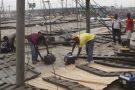 Des ouvriers réparant des générateurs sur les toits d'un marché de Lagos, au Nigeria, en 2010.