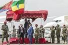 Le président érythréen, Issaias Afeworki (g), est accueilli par le Premier ministre éthiopien, Abiy Ahmed, à l'aéroport d'Addis Abeba, le 14 juillet 2018 en Ethiopie.