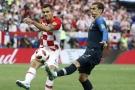 Le Croate Dejan Lovren au duel avec le Français Antoine Griezmann, le 15 juillet 2018.