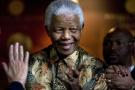 L'ancien président de l'Afrique du sud, Nelson Mandela, après une réunion à la fondation qui porte son nom en 2007, à Johannesburg.