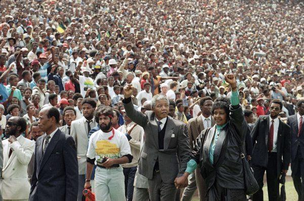 Nelson Mandela et Winnie Mandela saluent la foule dans le stade Soccer City à Soweto (Johannesburg) en Afrique du Sud, après 27 ans de prison.