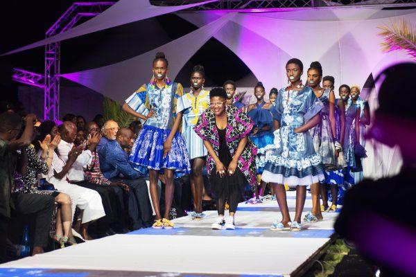 La Fashion Week à l'hôtel Radisson Blu. Palesa Mokubung au centre avec ses modèles le 23 juin 2018 à Dakar.