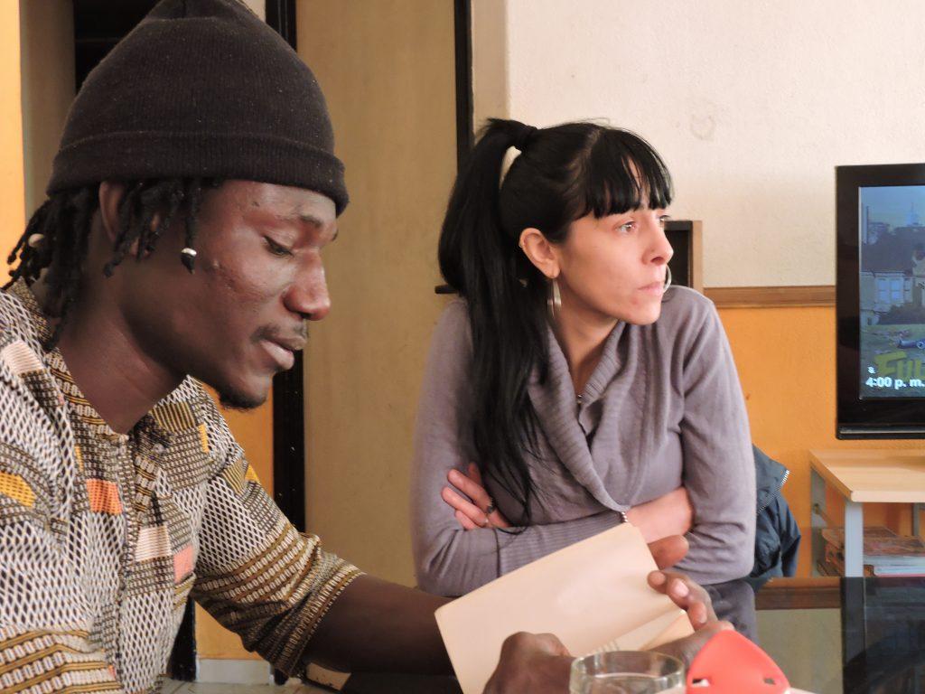 Le vendeur sénégalais Moussa Sow et sa femme Aldana, à leur domicile de Liniers, dans la banlieue de Buenos Aires, le 20 juillet 2018.