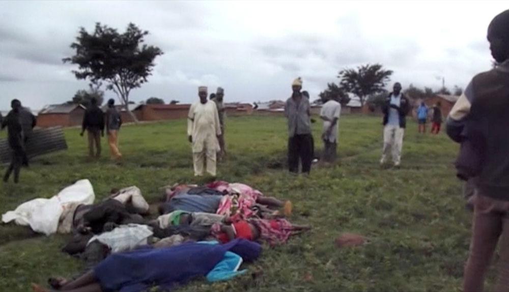 des habitants de la province du Plateau, au Nigeria, enterrent leurs morts dans une fosse commune après un massacre attribué à des éleveurs, le 25 juin 2018.