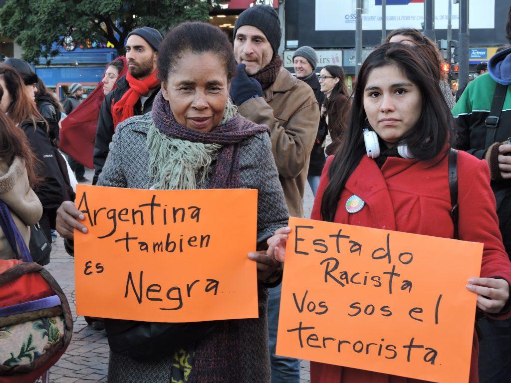 Une mobilisation organisée suite à la répression policière contre les Sénégalais, le 16 juin à Buenos Aires. Sur les panneaux, on peut lire :