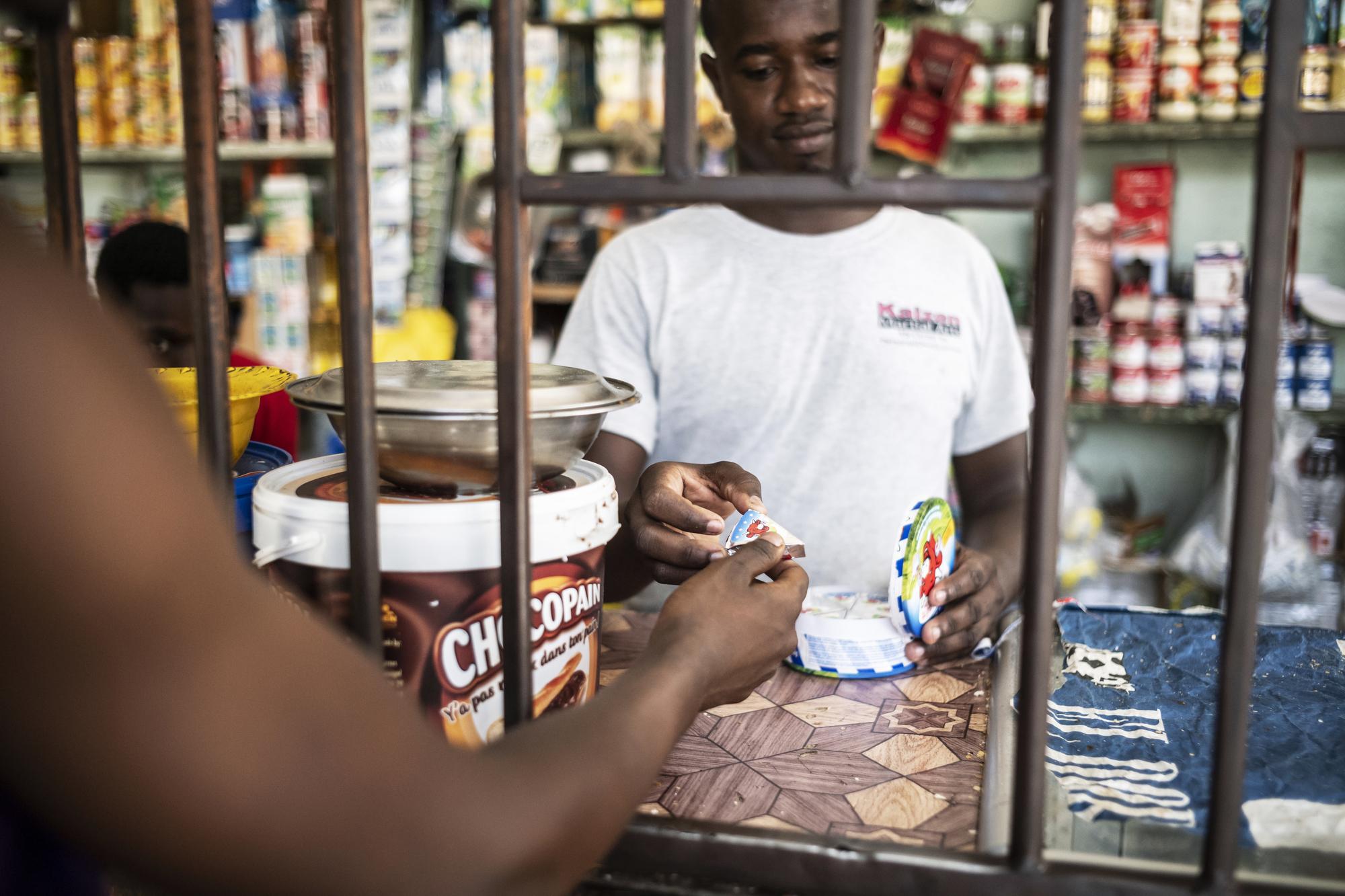 La pâte fromagère se vend aussi à la portion, comme ici dans une boutique de quartier à Dakar.