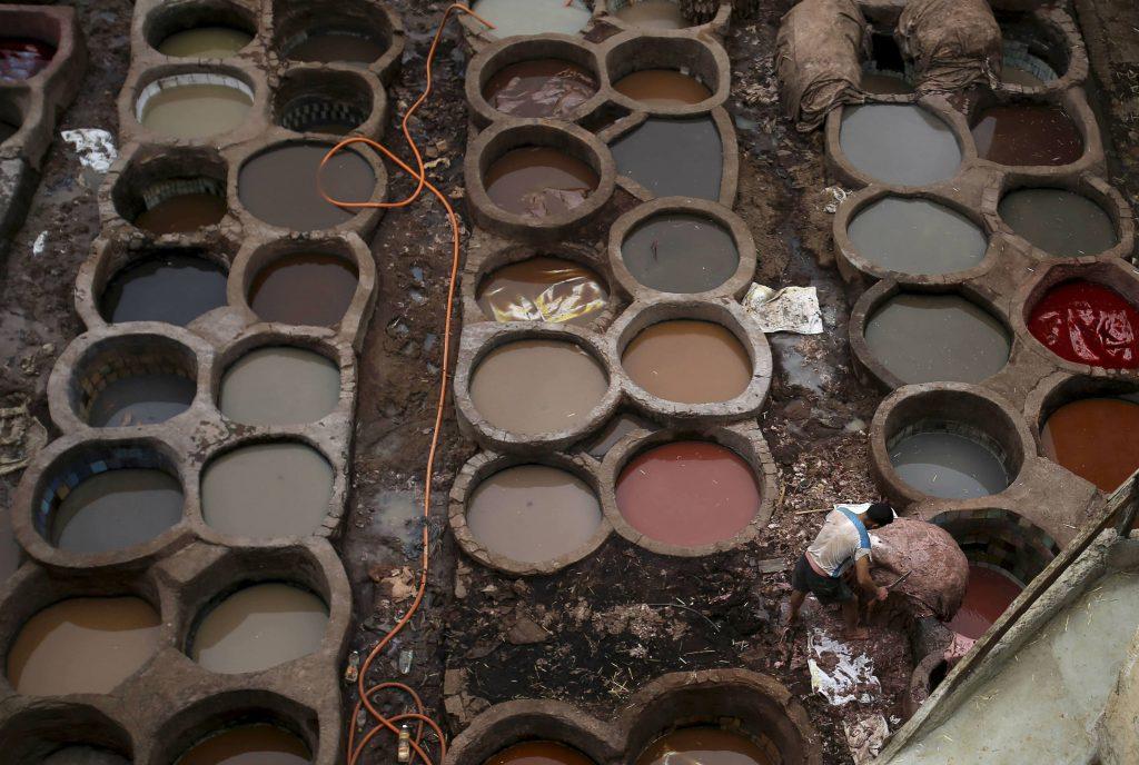 Les cuves de teinture naturelle de la tannerie de Fès contiennent du henné, du safran, du bois de cèdre, de la menthe, de l'indigo ou encore de la fleur de pavot.