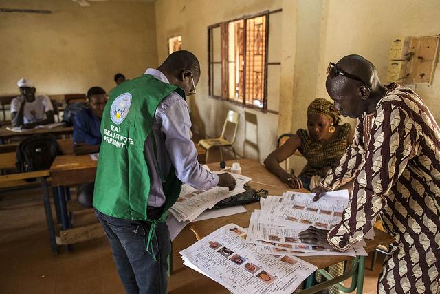 dans un bureau de vote à Mopti, dimanche 29 juillet, pour le premier tour de la présidentielle 2018 au Mali.