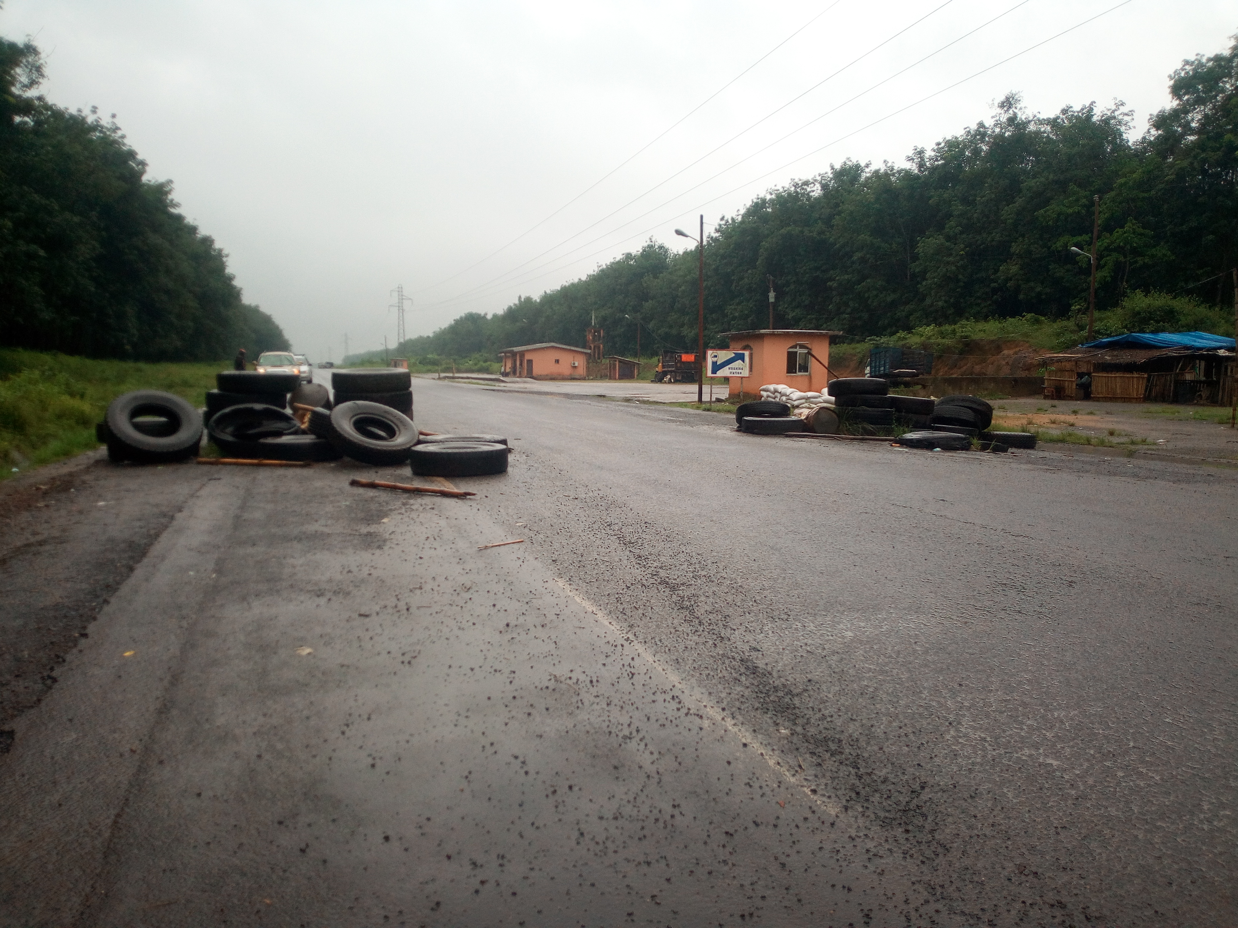 Un poste de contrôle sur la route Douala - Buea, à quelques kilomètres de la ville, durant l'opération