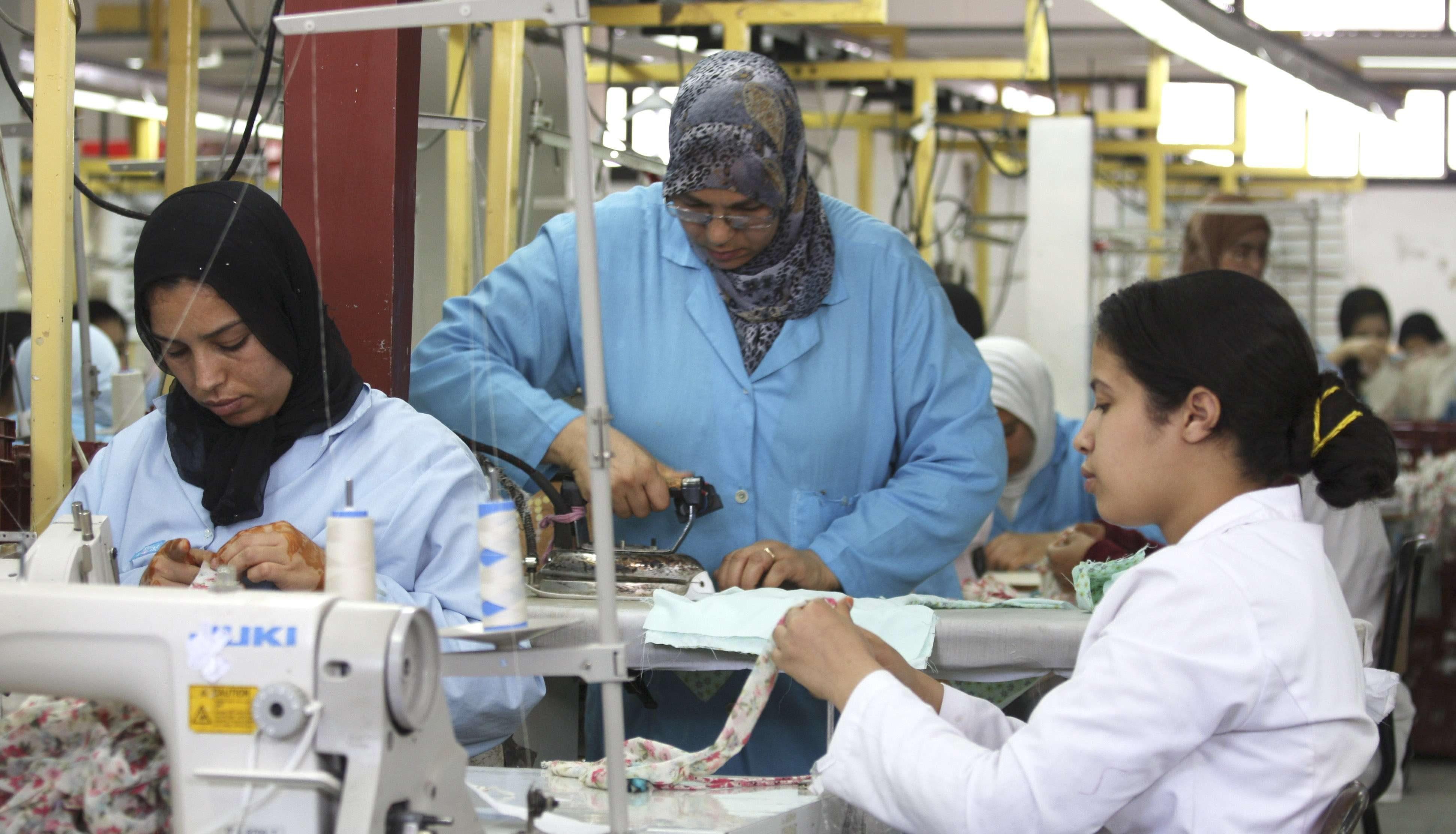Des ouvrières à l'usine de textile d'Abdelhai Bessa à Salé, au Maroc, le 11 mars 2009.