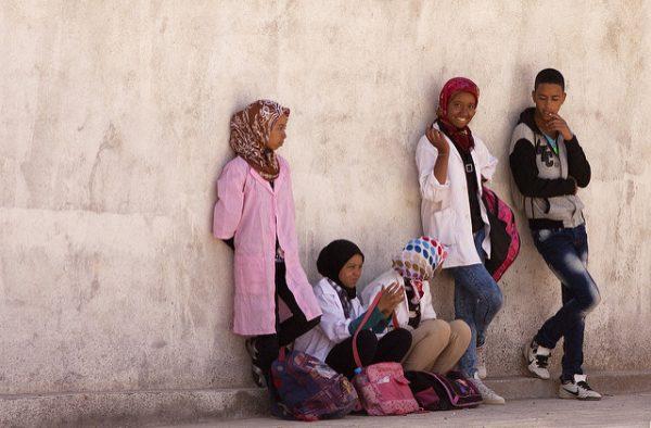 Des jeunes contre un mur au Maroc.