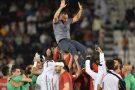 Les joueurs du club qatari Al-Duhail célèbre avec son entraîneur Djamel Belmadi, leur victoire à la coupe de l'Emir, à Doha en mai 2016.