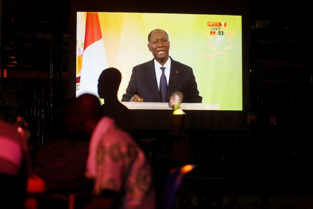 Alassane Ouattara sur l'écran d'une télévision lors de son discours du 6 août 2018 lors duquel il a annonçé l'amnistie de 800 personnes poursuivies pour des faits commis pendant la crise post-électorale.