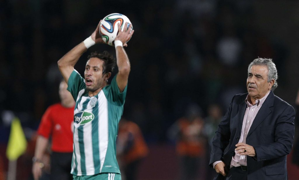 L'entraîneur du Raja Casablanca Faouzi Benzarti, à droite, avec Adil Karrouchy du Raja Casablanca lors du match de demi-finale contre l'Atletico Mineiro au tournoi de football de Marrakech, en 2013.