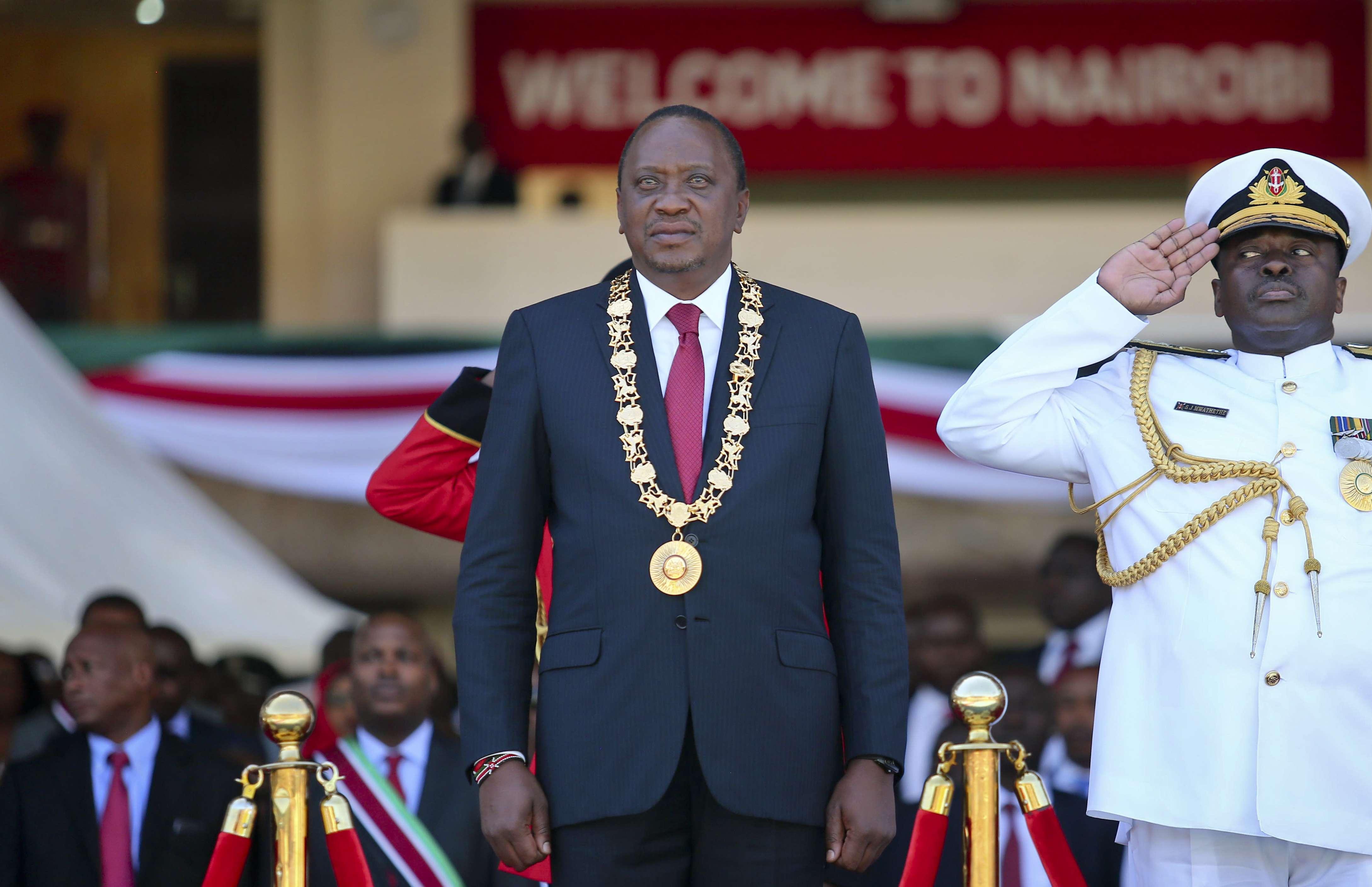 Le président kényan, Uhuru Kenyatta, au centre, assiste à une cérémonie marquant la journée nationale de la Républiquede (Jamhuri), au stade Kasarani, dans la banlieue de Nairobi, au Kenya, le 12 décembre 2017.