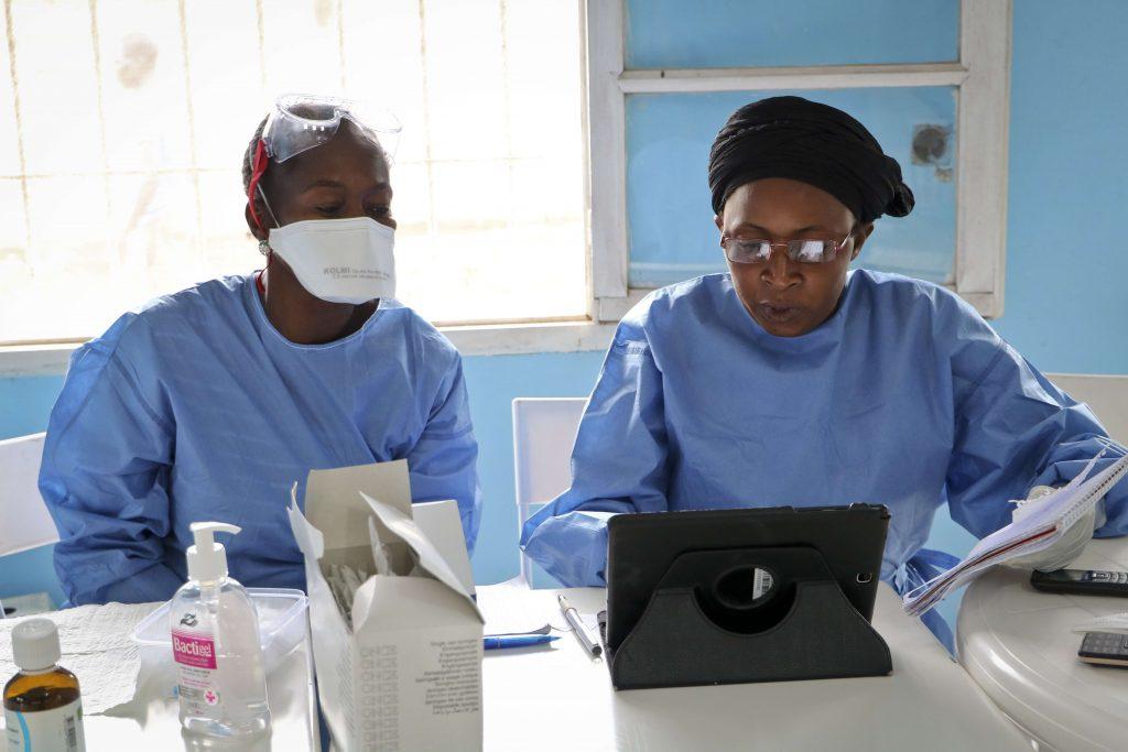 Des membres de l'Organisation mondiale de la santé (OMS) en train de vacciner du personnel médical, à Mbandaka, en juin 2018.