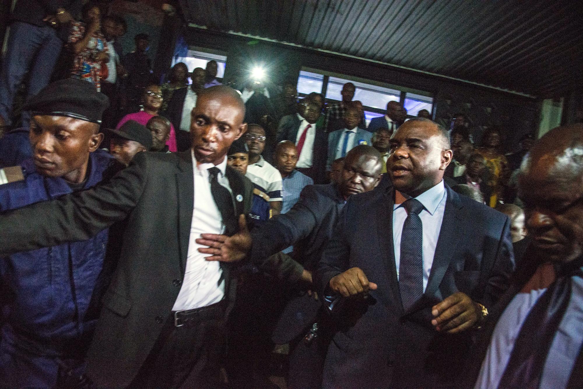 Jean-Pierre Bemba, le 2août, à Kinshasa, à la sortie des bureaux de la Ceni, où il vient d'enregistrer sa candidature à la présidentielle.