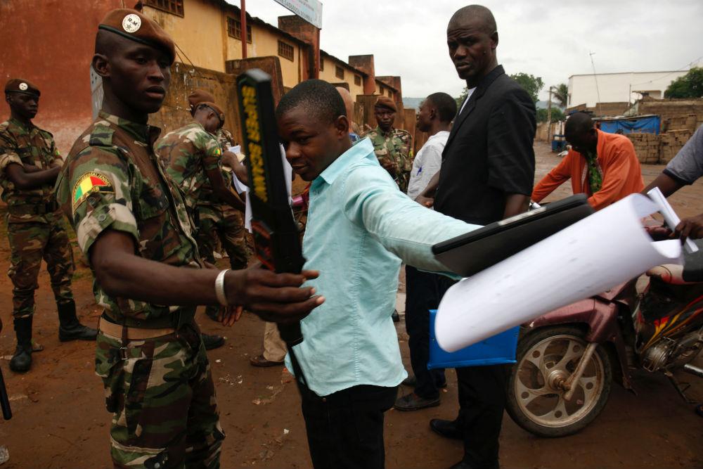 Sécurisation du scrutin, devant un bureau de vote à Bamako, pour le second tour de la présidentielle, dimanche 12 août 2018.