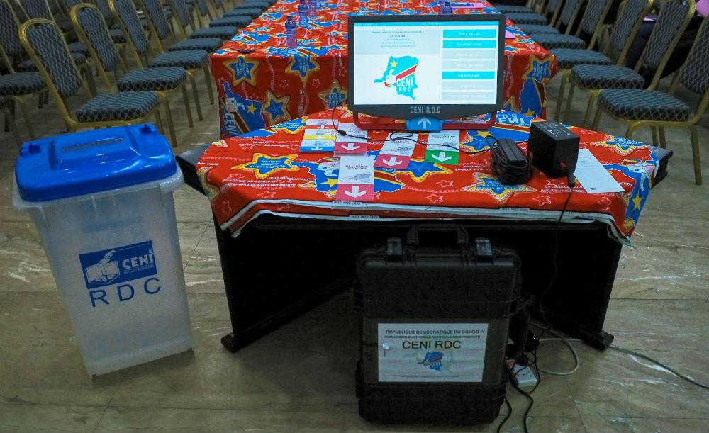 Présentation de la « machine à voter » destinée à être déployée lors du scrutin présidentiel prévu fin décembre 2018 en RDC.