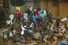 Des sauveteurs tentent de retrouver des survivants après le glissement de terrain meurtrier, le 15 août 2017 à Regent, dans la banlieue de Freetown.