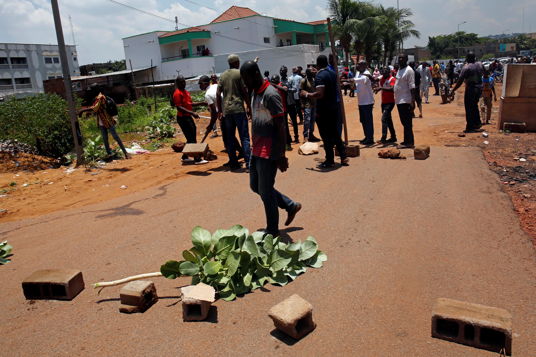 Des pro-Soumaïla Cissé bloquent les rues menant au QG de campagne du chef de file de l'opposition, qui rejette les résultats de la présidentielle. quelques heures après l'annonce des résultats, le 16 août 2018.