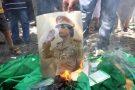 Une photo de Mouammar Kadhafi brûlée lors d'une manifestation d'opposants en 2011.